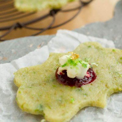 Küchen-Miezen · Back- & Foodblog · Rezept · Pistazien Limetten Cookies mit Cassis Popcorn Topping