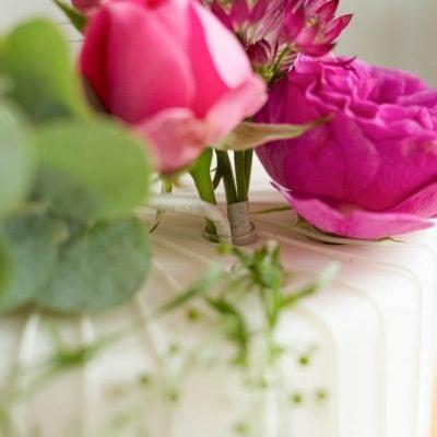 Küchen-Miezen · Back- & Foodblog · Tutorial Dekorieren mit frischen Blumen auf Torten · mit Liste von giftigen und essbaren Blumen