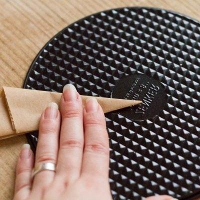Küchen-Miezen · Back- & Foodblog · Tutorial Flache Backformen mit Backpapier verlängern