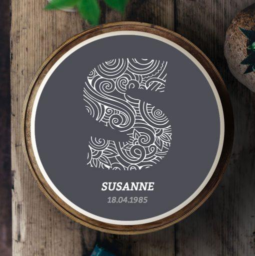 Küchen-Miezen · Essbares Tortenbild & Tortenaufleger selbst gestalten · Konfigurator · 002 gezeichnete Initialien