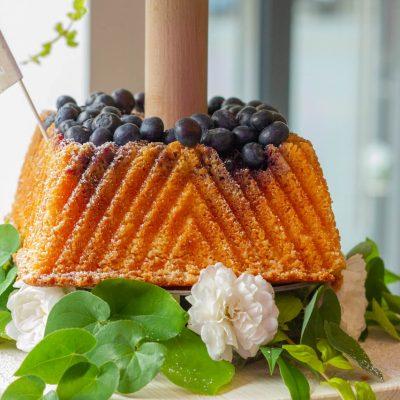 Küchen-Miezen · Back- & Foodblog · Rezept: Gin Tonic Gugelhupf mit Saffon Gin-Sirup & Heidelbeeren
