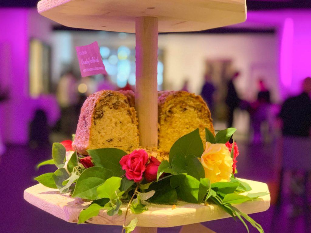 Küchen-Miezen · Back- & Foodblog · Rezept: Crunchy Vanille Gugelhupf mit Erdnüssen, Schokolade und Karamell