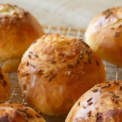 Küchen-Miezen · Back- & Foodblog · Rezept: Köömnekuklid · Estnische Kümmelkuckeln · Kümmel-Hefebrötchen mit Salz