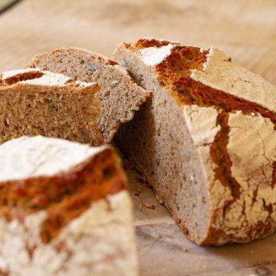 Küchen-Miezen · Back- & Foodblog · Rezept: Kürbiskernbrot mit Kürbiskern-Boden · Dinkel- & Roggenmehl-Brot